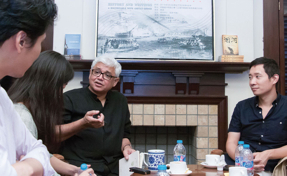 Amitav Ghosh at the Youth Round Table in Mingfu Library, Shanghai; photo by Zhou Shengjie, provided by West Heavens.