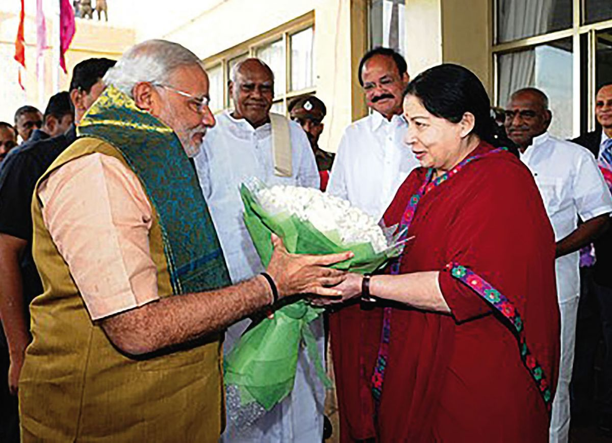 Jayalalitha receiving Prime Minister Modi at Chennai airport. Courtesy Wikipedia.