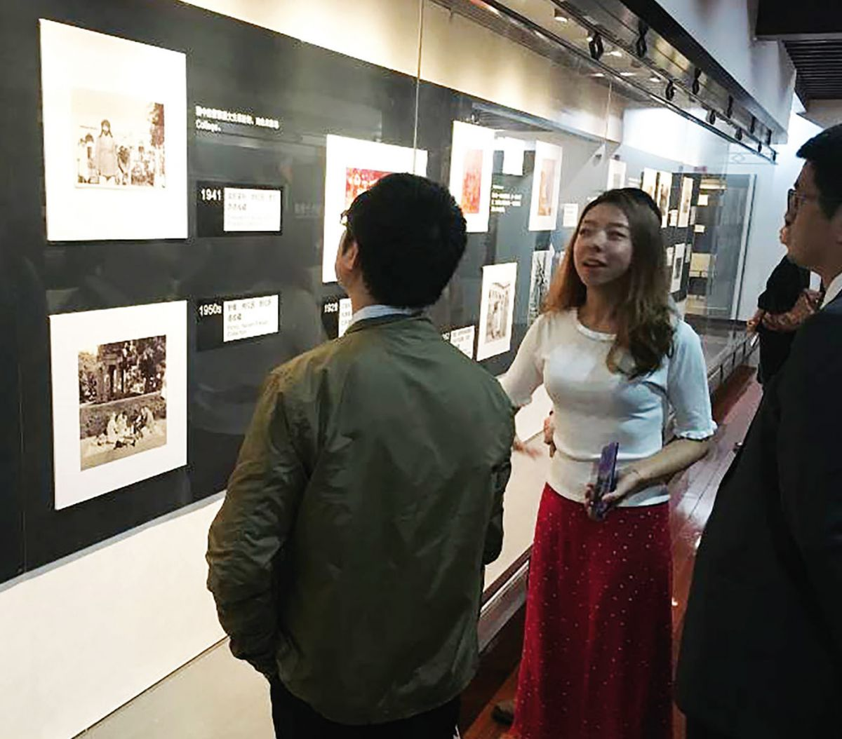 Students tour the exhibition (photo by Xiaomei Zhao, 2018)