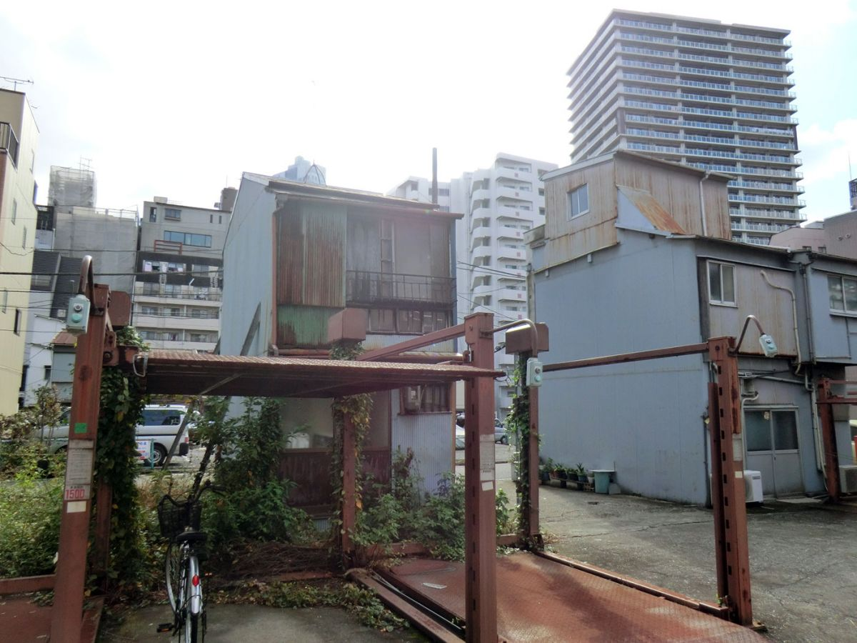 Fig. 1: Typical landscape of displacement and gentrification in Minato District during the 2000s.