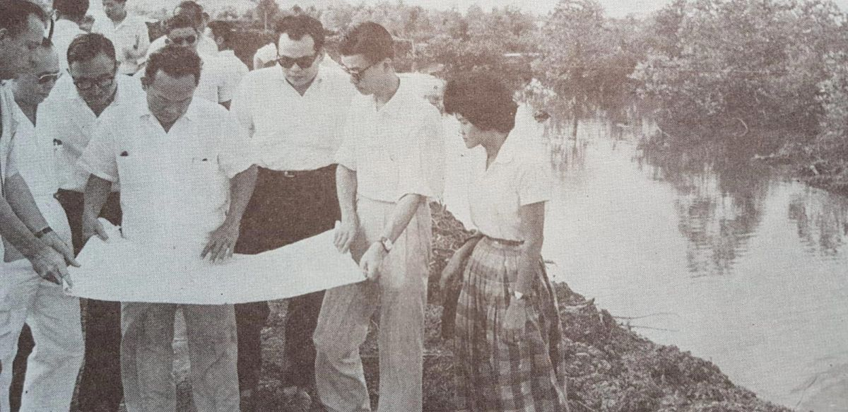 Lee Kuan Yew (middle) and other Singapore officials in Jurong, c. early 1960s. Photo is obtained with permission from Alex Tan Tiong Hee.